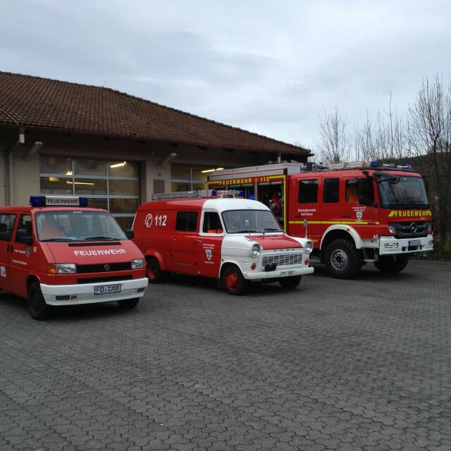 Feuerwehrhaus mit Fahrzeugen
