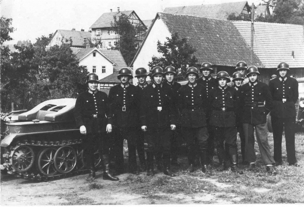 aktive Feuerwehrmänner der Wehr Gersfeld im Jahr 1948 vor dem Kettenkrad