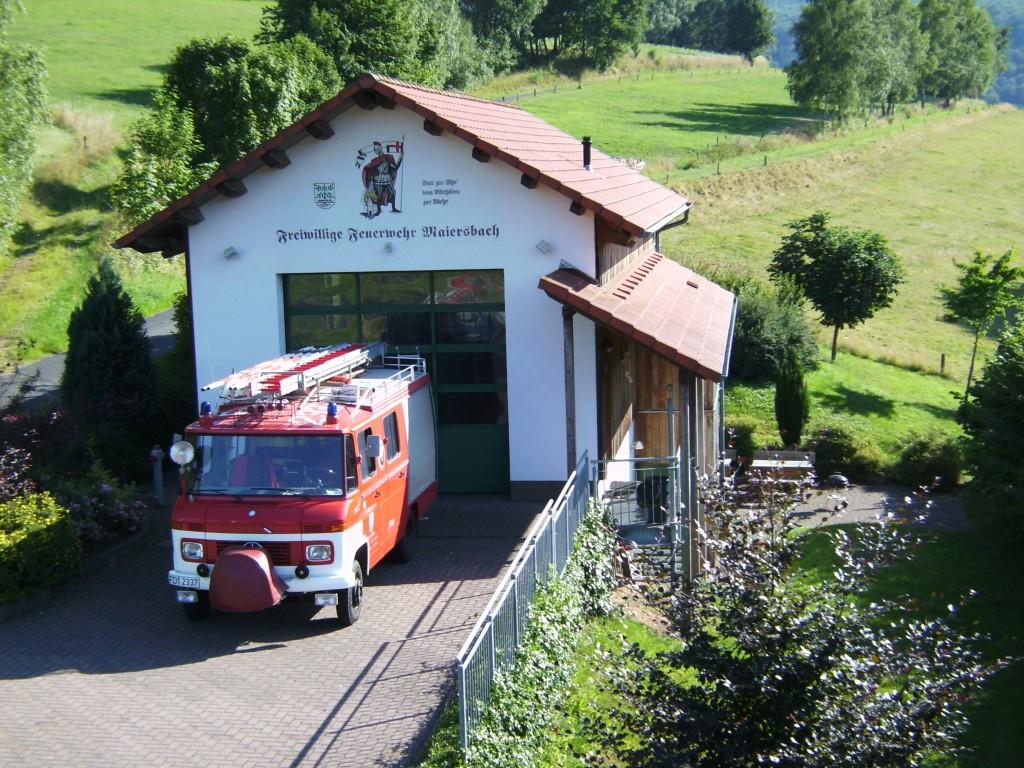Feuerwehrhaus mit Fahrzeug Stand: Sommer 2013
