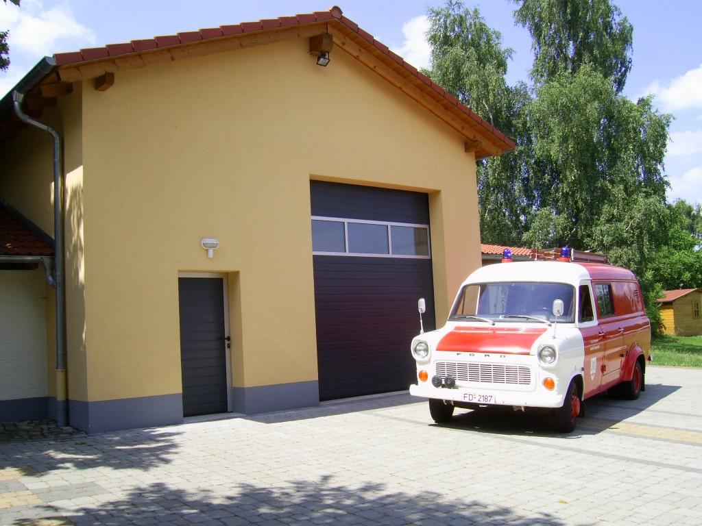 Feuerwehrhaus mit Fahrzeug