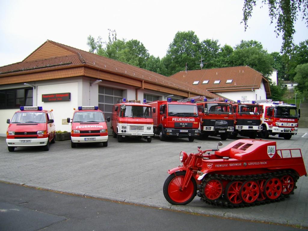 Feuerwehrhaus mit Fahrzeugen Stand: Sommer 2013